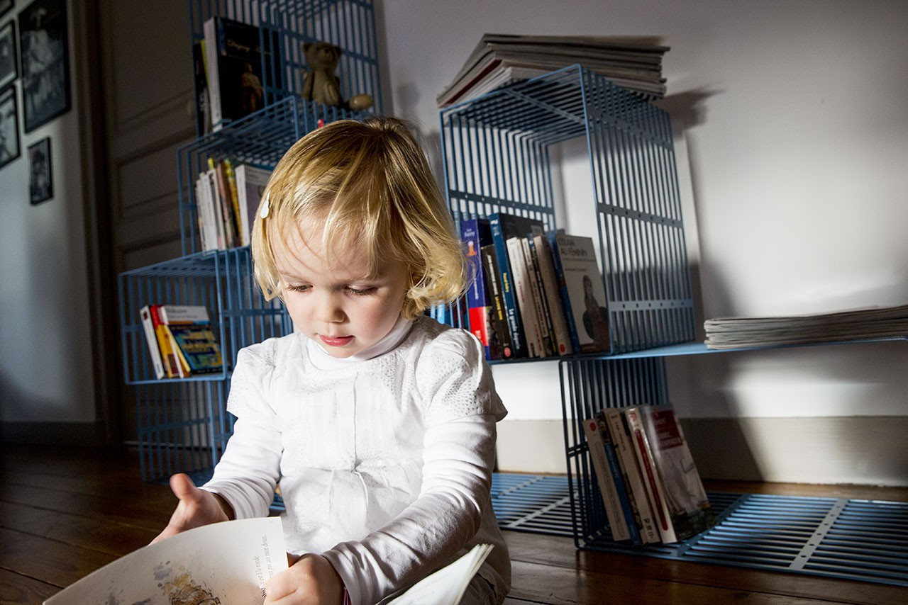 une biblioth que design en acier modulable et fabriqu e. Black Bedroom Furniture Sets. Home Design Ideas