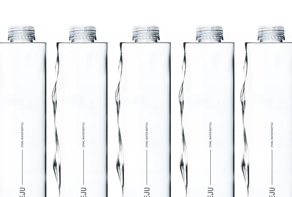 Une bouteille d'eau en forme de vague